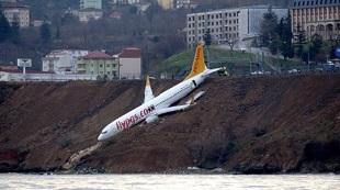 """Máy bay chở 160 người trượt khỏi đường băng, """"treo"""" trên vách đá"""