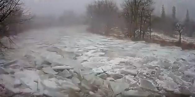 Hiện tượng lạ: dòng sông đóng băng rồi vỡ vụn chỉ sau vài tiếng