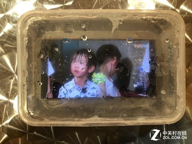Huawei Mate 10 Pro vẫn phát video dù bị đông đá trong tủ lạnh -24 độ C