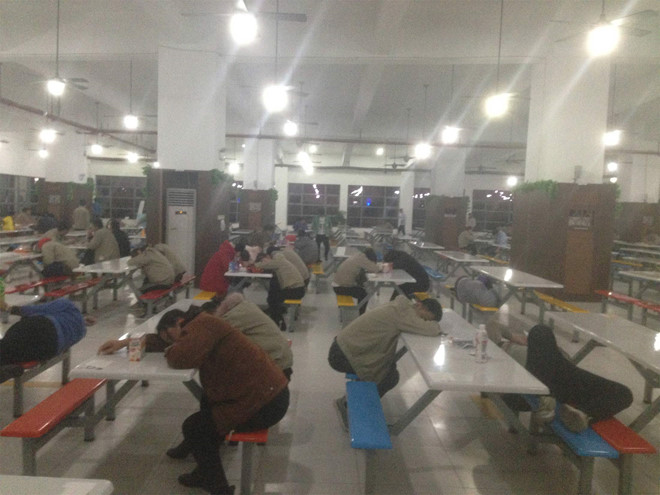 Công nhân sản xuất iPhone 8 làm việc trong môi trường độc hại
