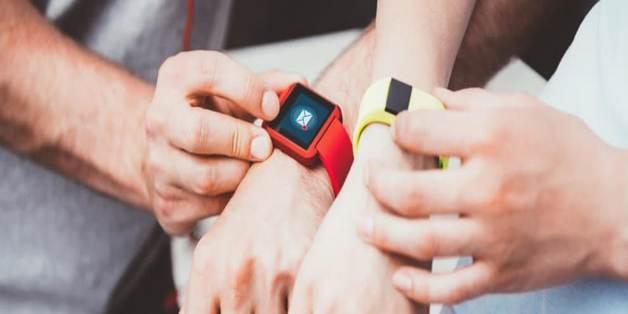 Chọn mua vòng tay theo dõi sức khỏe hay smartwatch tốt hơn?