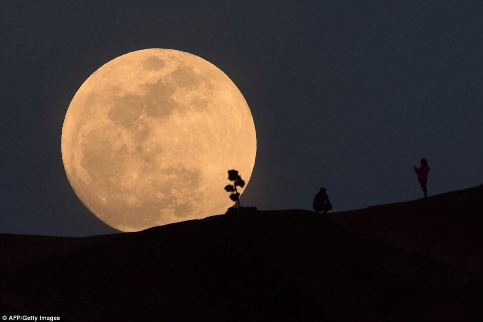 Thật ngoạn mục hình ảnh đêm siêu trăng và nguyệt thực hôm qua, 31/1/2018