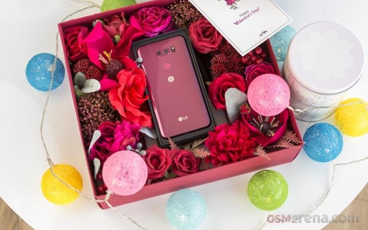 Hình ảnh mở hộp đẹp long lanh của LG V30 Raspberry Rose dành cho mùa Valentine