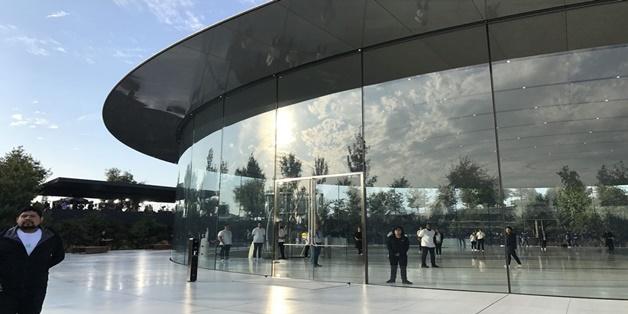 """Nhân viên tại trụ sở mới của Apple liên tục """"lao đầu"""" vào kính"""