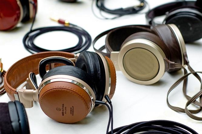 """Những audiophile thực thụ đã quá quen với những chiếc tai nghe xấu xí, """"sặc mùi"""" kiểu dáng công nghiệp. Nhưng điều đó không có nghĩa rằng tai nghe audiophile không được quyền.... đẹp."""