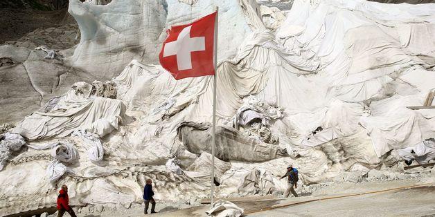 """Dân Thụy Sỹ """"đắp chăn"""" cho sông băng để ngăn tình trạng băng tan chảy"""