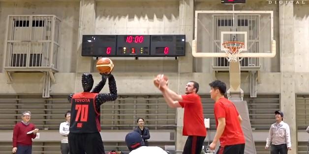 Toyota trình diễn robot ném bóng rổ cực chuẩn xác, không khác gì các ngôi sao NBA