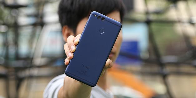"""Trên tay Honor 7X: anh em """"song sinh ngoài giá thú"""" của Huawei Nova 2i"""