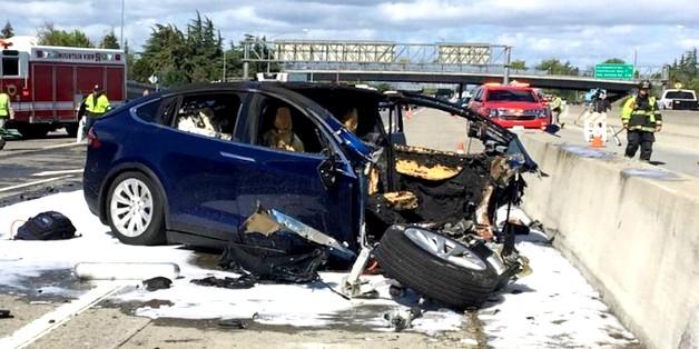 Nghi vấn Tesla Model X đã kích hoạt chế độ lái tự động trước khi gặp tai nạn