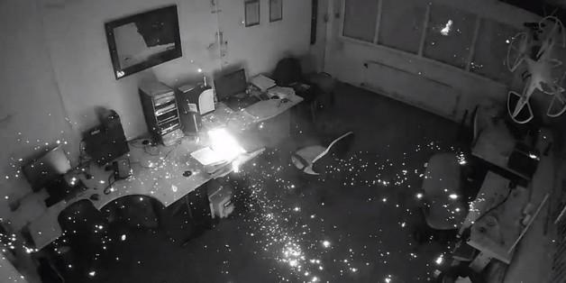 [Video] Cận cảnh vụ cháy nổ khi sạc laptop HP qua đêm