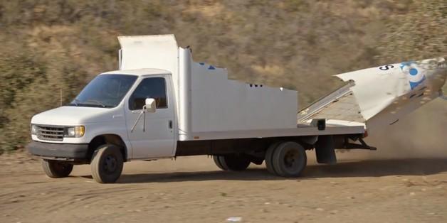 Thùng xe tải bị bào nát như vỏ gỗ khi đâm vào chướng ngại vật