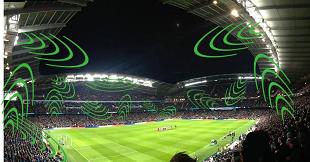 Không khí náo nhiệt trong sân vận động được tạo ra như thế nào?