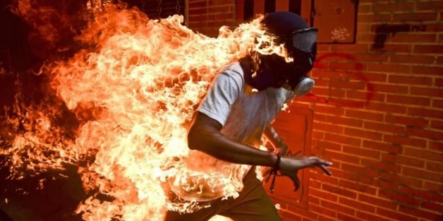 Bức ảnh người đàn ông bốc cháy xuất sắc đoạt giải Báo chí thế giới của năm 2018