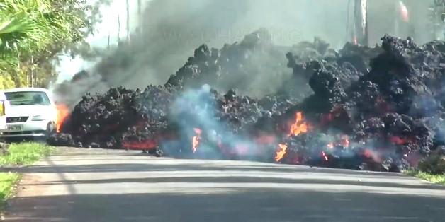 Cảnh time-lapse dung nham núi lửa nuốt chửng một chiếc xe tại Hawaii