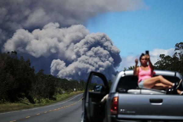 Bất chấp nguy hiểm, nhiều du khách vẫn đứng selfie gần dung nham núi lửa tại Hawaii