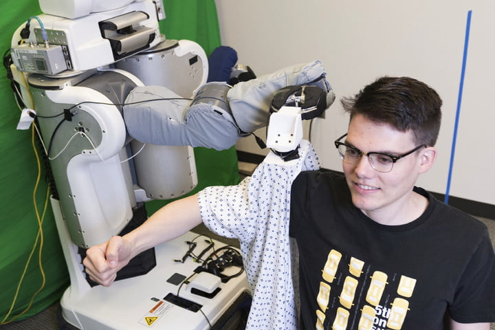 Bạn sẽ chẳng cần mất thời gian mặc quần áo nhờ mẫu robot này