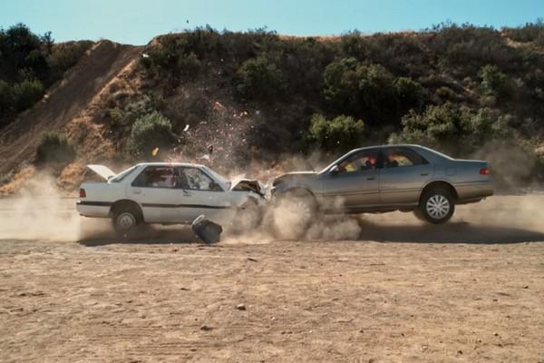 Đây là cảnh quay siêu chậm khi hai chiếc xe ôtô lao trực diện vào nhau