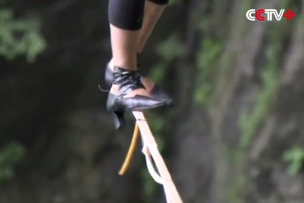 Cô gái người Pháp lập kỷ lục đi trên dây bằng giày cao gót ở độ cao 1300 mét