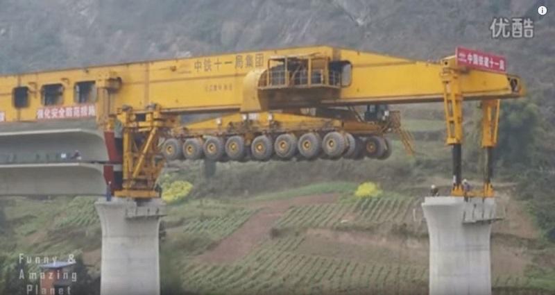 Cỗ máy khổng lồ nối những nhịp cầu ở Trung Quốc