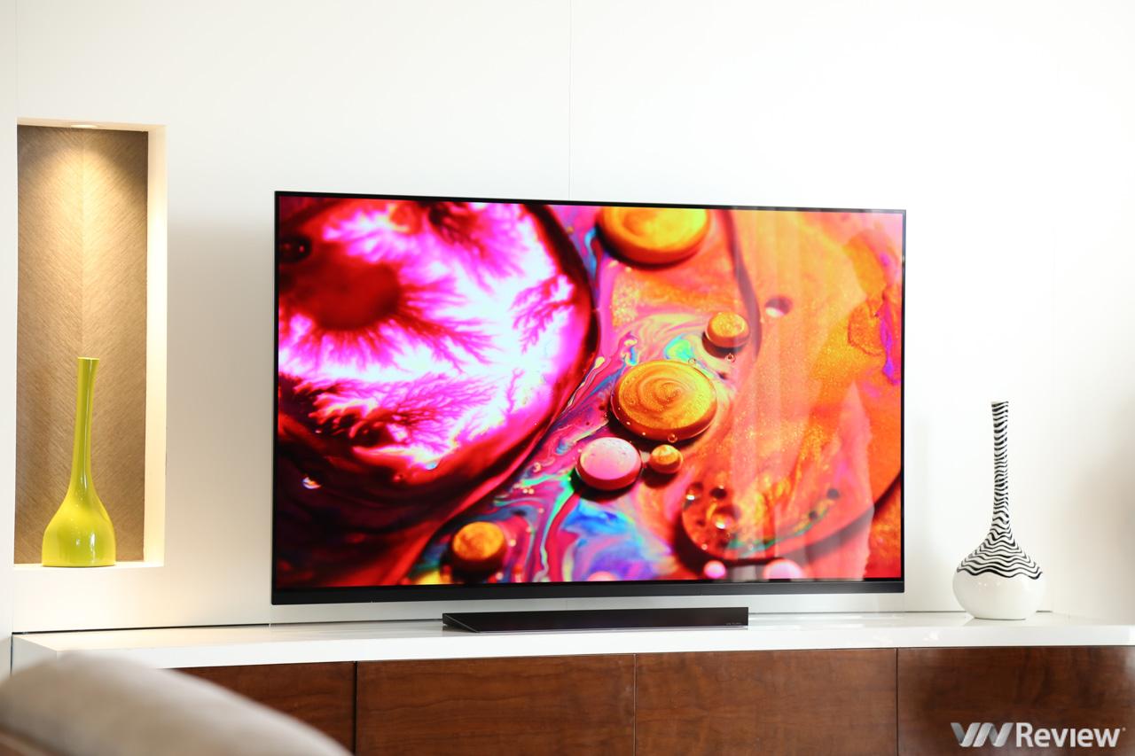 """Trên tay TV LG OLED E8 65 inch 100 triệu đồng vừa về VN: chân đế """"bay"""", TV như lơ lửng trên không"""