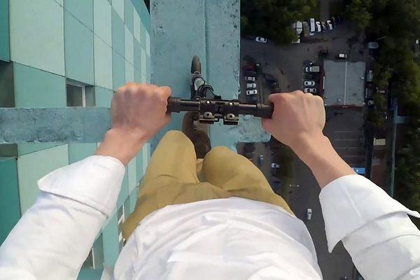 """""""Đứng hình"""" trước cảnh 9x liều lĩnh đi xe scooter trên nóc nhà cao 40 tầng"""