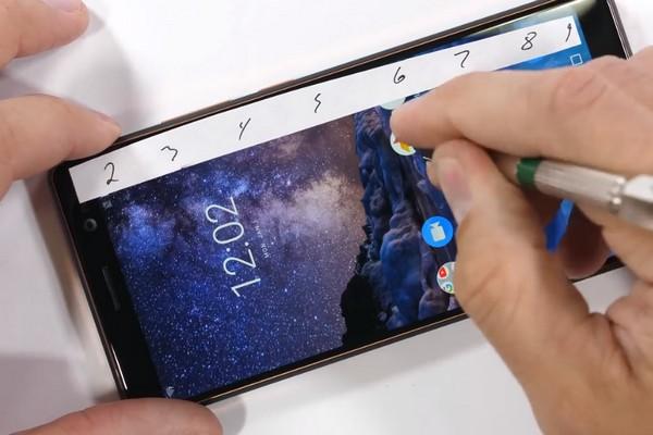 Tra tấn Nokia 7 Plus: chống xước tốt, khung máy khó bẻ cong