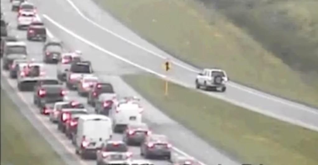 Xem ô tô chạy giật lùi gần 2 km trên đường cao tốc