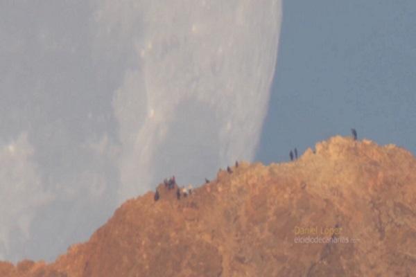 Tại sao Mặt Trăng khổng lồ này đang rơi xuống Trái Đất?