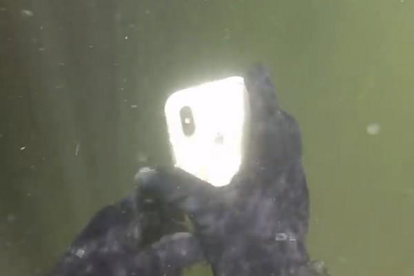 iPhone X rơi xuống sông sau 2 tuần, nhặt lên để khô vẫn chạy tốt