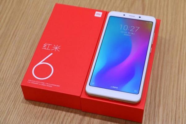 Sếp Xiaomi thử độ bền smartphone giá rẻ Redmi 6 bằng cách... đập quả óc chó