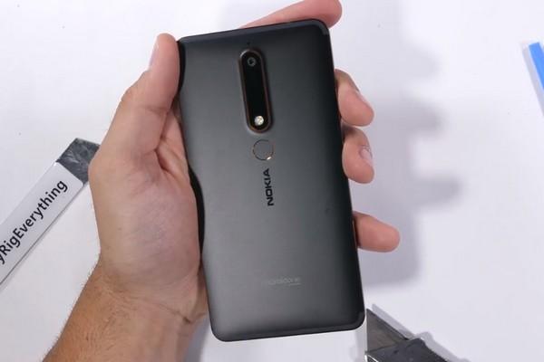 """Thử tra tấn Nokia 6 (2018): thiết kế """"nồi đồng cối đá"""" nhưng dễ xước do thân kim loại"""