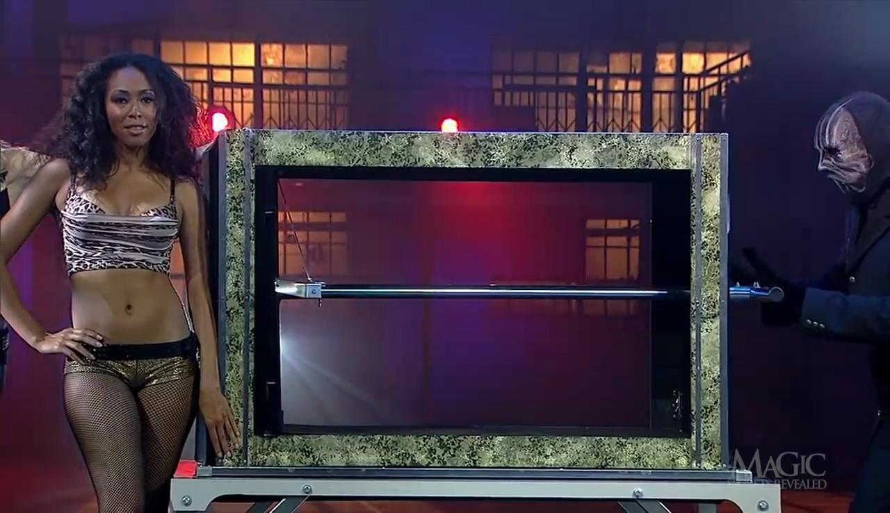 """Sự thật về màn ảo thuật """"nén"""" cô gái trong chiếc hộp khiến người xem thót tim"""