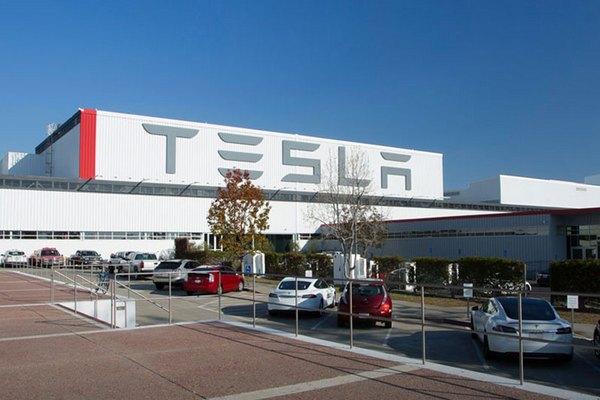 Nhà máy không đủ chỗ, Tesla dựng hẳn dây chuyền Model 3 trong... lều ngoài bãi đậu xe