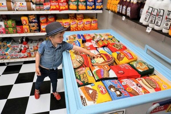 Bên trong siêu thị bán 100% mặt hàng bằng vải, kể cả đồ ăn, thức uống