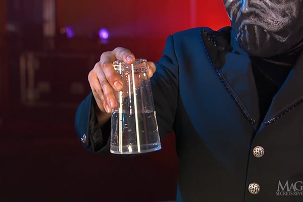 Giải mã màn ảo thuật úp ngược cốc mà nước không đổ ra ngoài