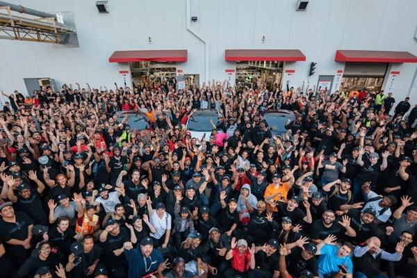 """Tesla """"khoe"""" sản xuất 7.000 xe/tuần, Ford giễu cợt """"chỉ cần vài tiếng"""""""