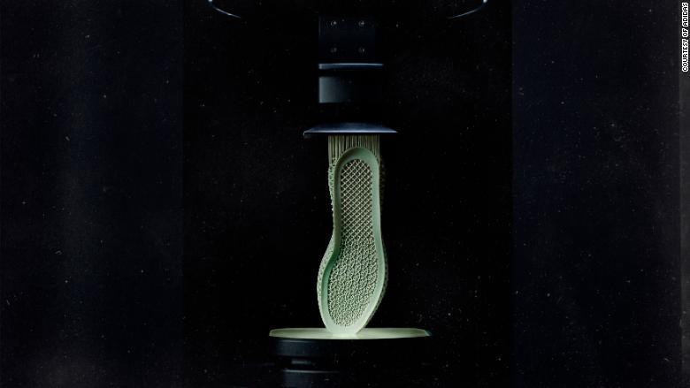 Đế giữa Futurecraft 4D được kéo lên khỏi thùng nhựa lỏng