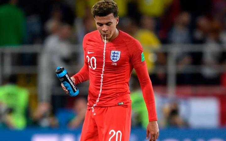 Tại sao cầu thủ tại World Cup thường nhổ nước ra khi uống?