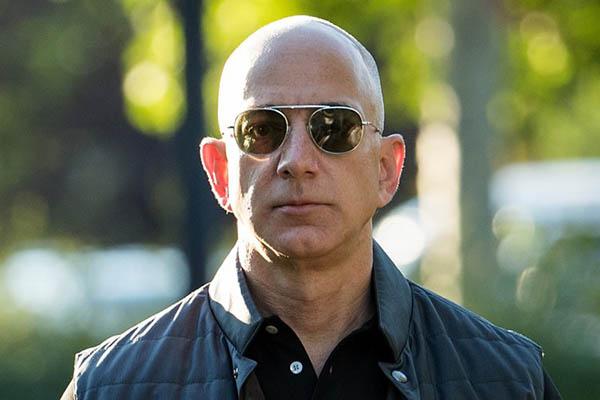 Ông trùm Amazon Jeff Bezos chính thức trở thành người giàu nhất lịch sử đương đại