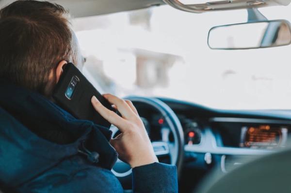 [Khảo sát] Bạn có thường nghe điện thoại khi lái xe không?