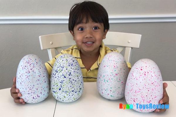 Chỉ review đồ chơi trên YouTube, cậu bé 7 tuổi này đã kiếm 11 triệu USD trong năm qua