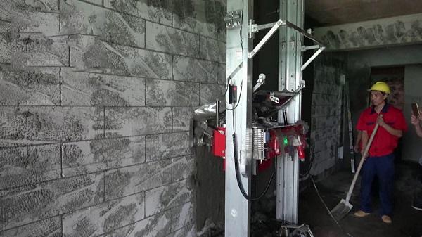 Cỗ máy này có thể trát một bức tường chỉ trong vài phút