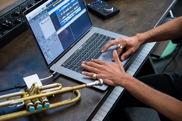 """Chính thiết kế quá mỏng nhẹ của MacBook Pro đã khiến chip Intel Core i9 bị """"thọt"""""""