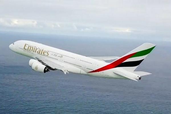 Khoảnh khắc drone bắt được cận cảnh máy bay Airbus A380 lao đi trên không trung