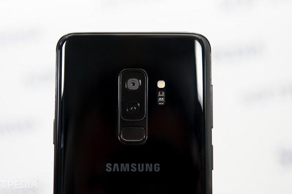 """Samsung sẽ bắt đầu loại bỏ cảm biến vân tay, giống như """"ai đó""""?"""