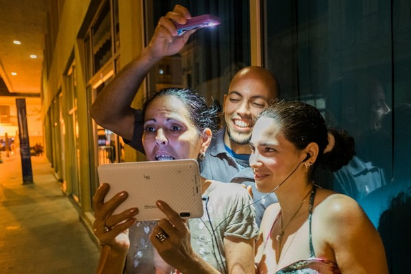 Người dân Cuba cuối cũng có thể lướt Internet trên smartphone bằng mạng 3G