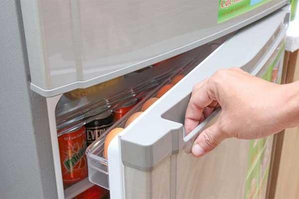 Vì sao cánh cửa tủ lạnh đóng lại không kín và hít lại như mới mua?