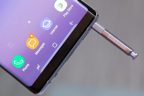 """Xuất hiện hình ảnh bút S Pen màu vàng của Galaxy Note 9 """"đọ dáng"""" bên S Pen của Note 8"""