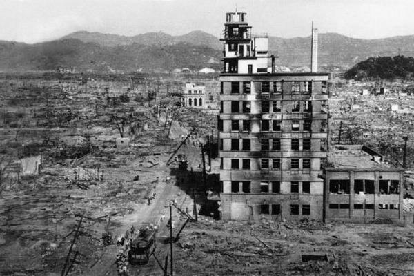 Cảnh hoang tàn của Hiroshima và Nagasaki sau thảm họa bom nguyên tử khi nhìn từ trên cao