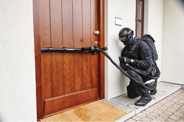 Thiết bị này sẽ phá cánh cửa đã khóa sau 2 giây